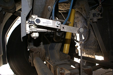 H3-40 front axle ride height valve and linkage.